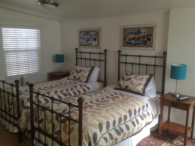 bedroom 2 with twin bed set up