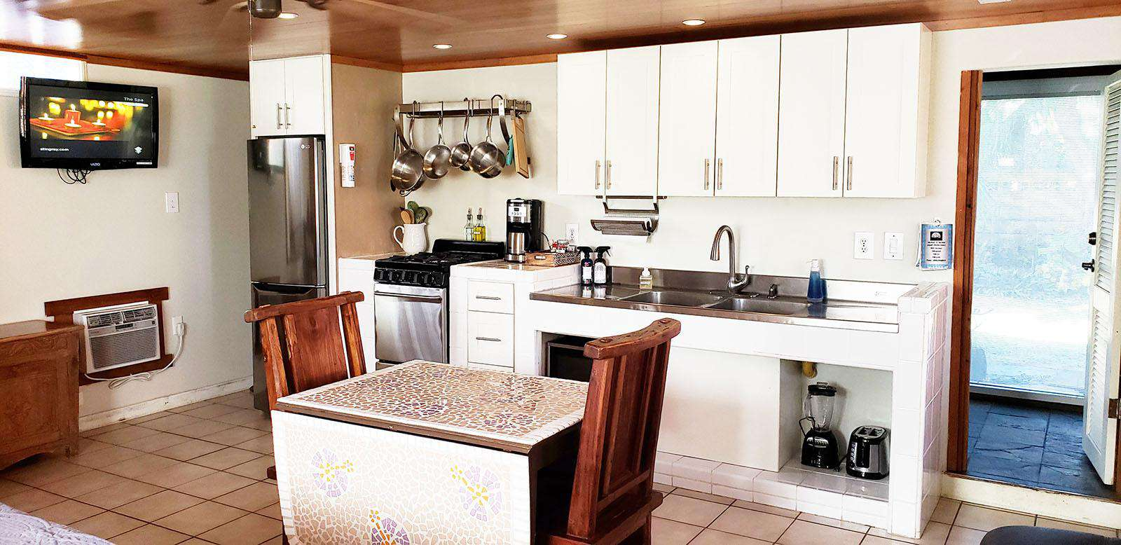 COCO BUNGALOW: large kitchenette.