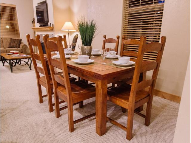 Dining Table seats 6, has expandable leaves