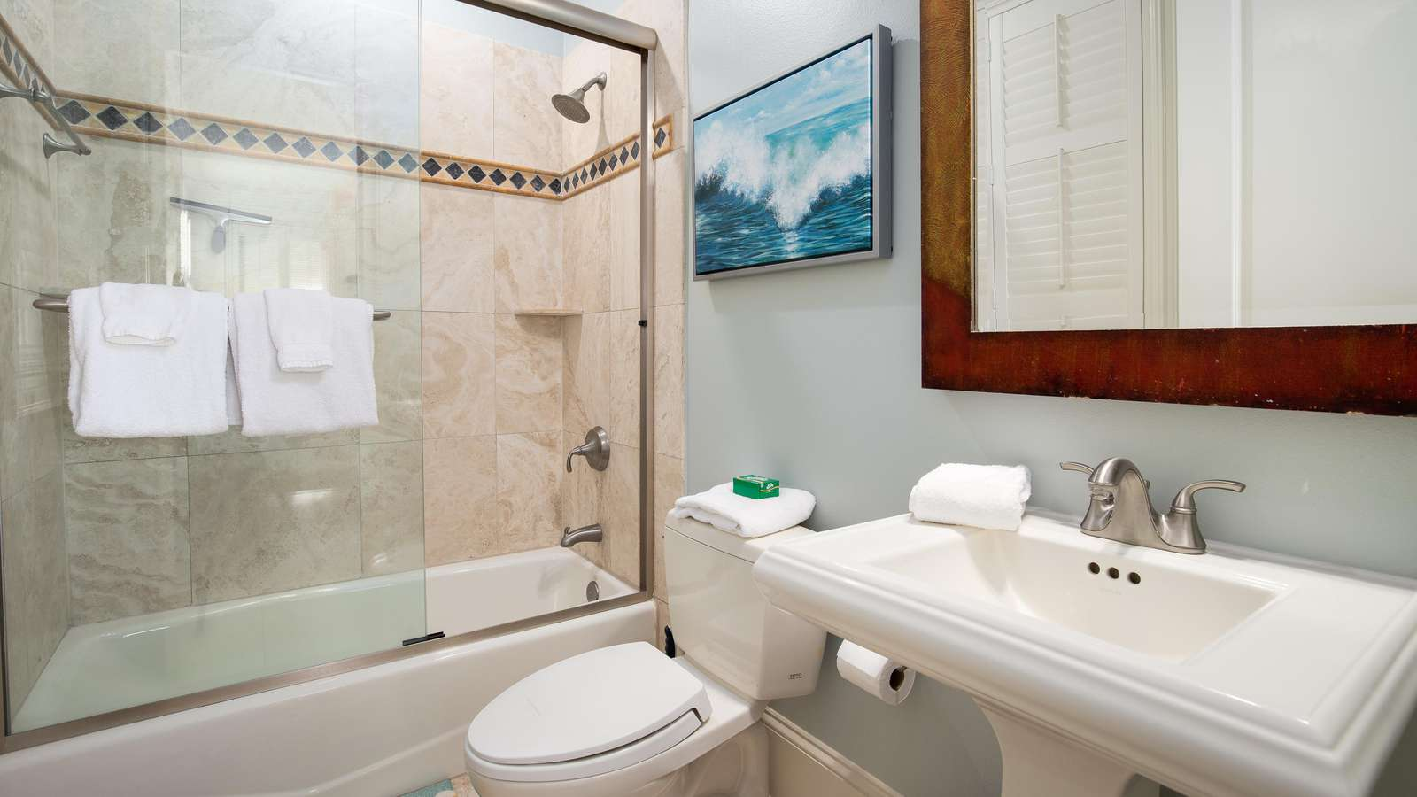 The 4th bedroom's en-suite bath.