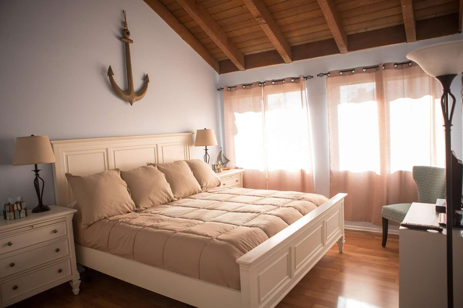 Relax in the master Beach Cottage suite with vaulted ceiling