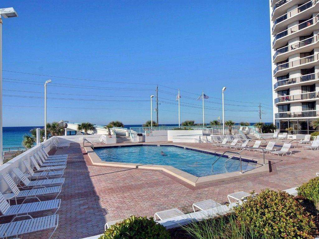 Sufside's pool deck features a large pool, 2 hot tubs, a kiddie pool, and a tiki bar.
