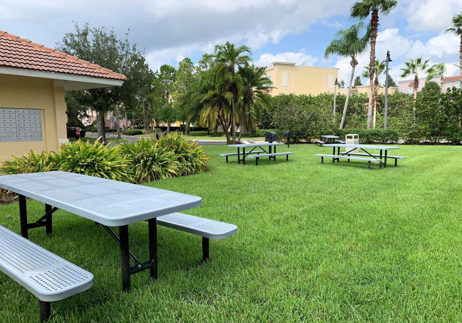 Vista Cay picnic tables and grills