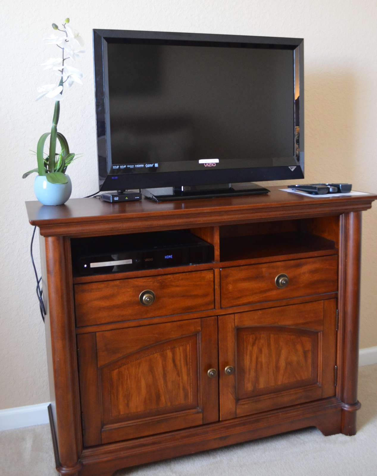 Flat screen TV and DVD player in third bedroom