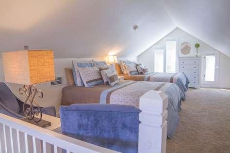 2 Queen Beds in loft area