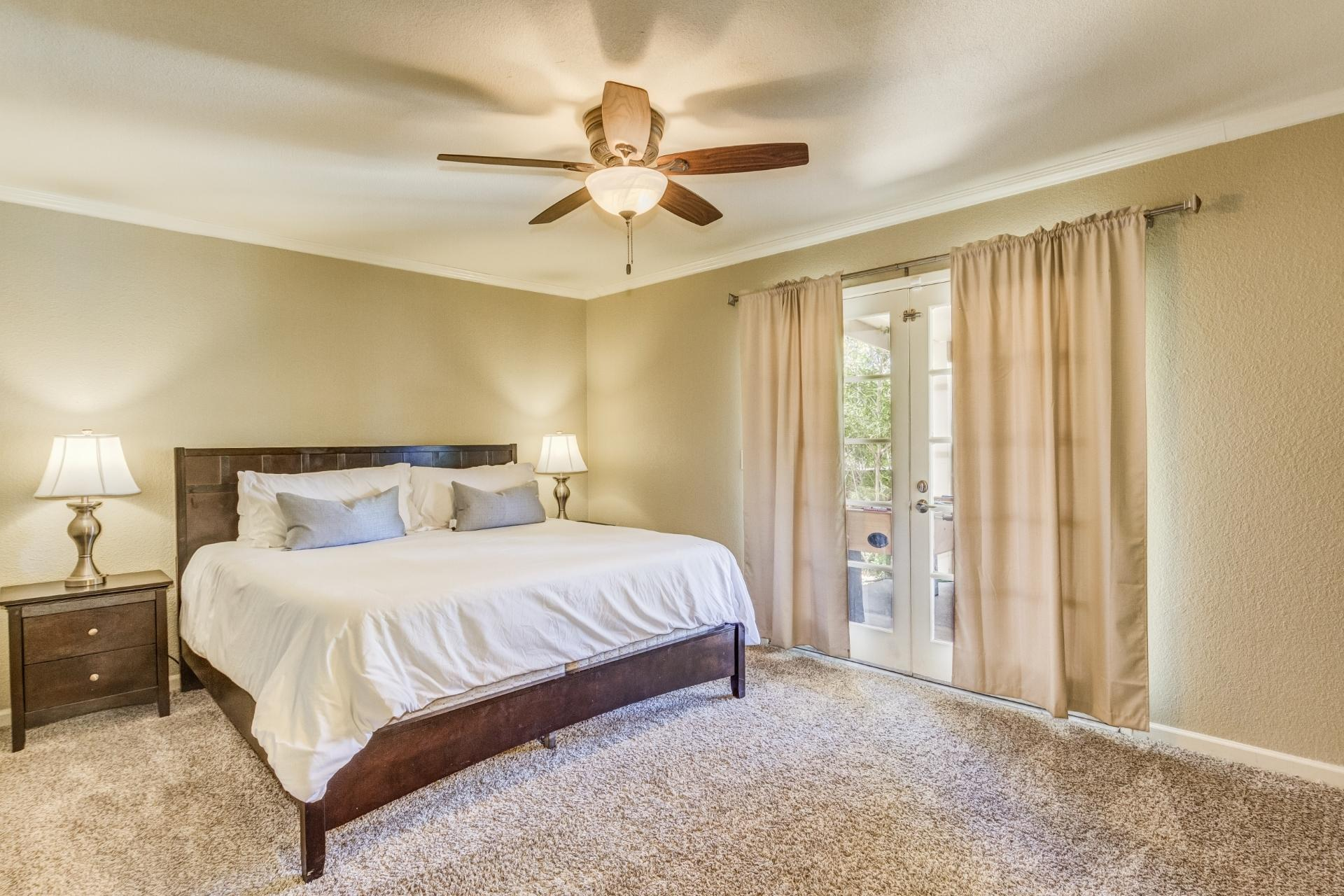 Spacious Master-King Bed-TV.Room for 2 Twin Beds