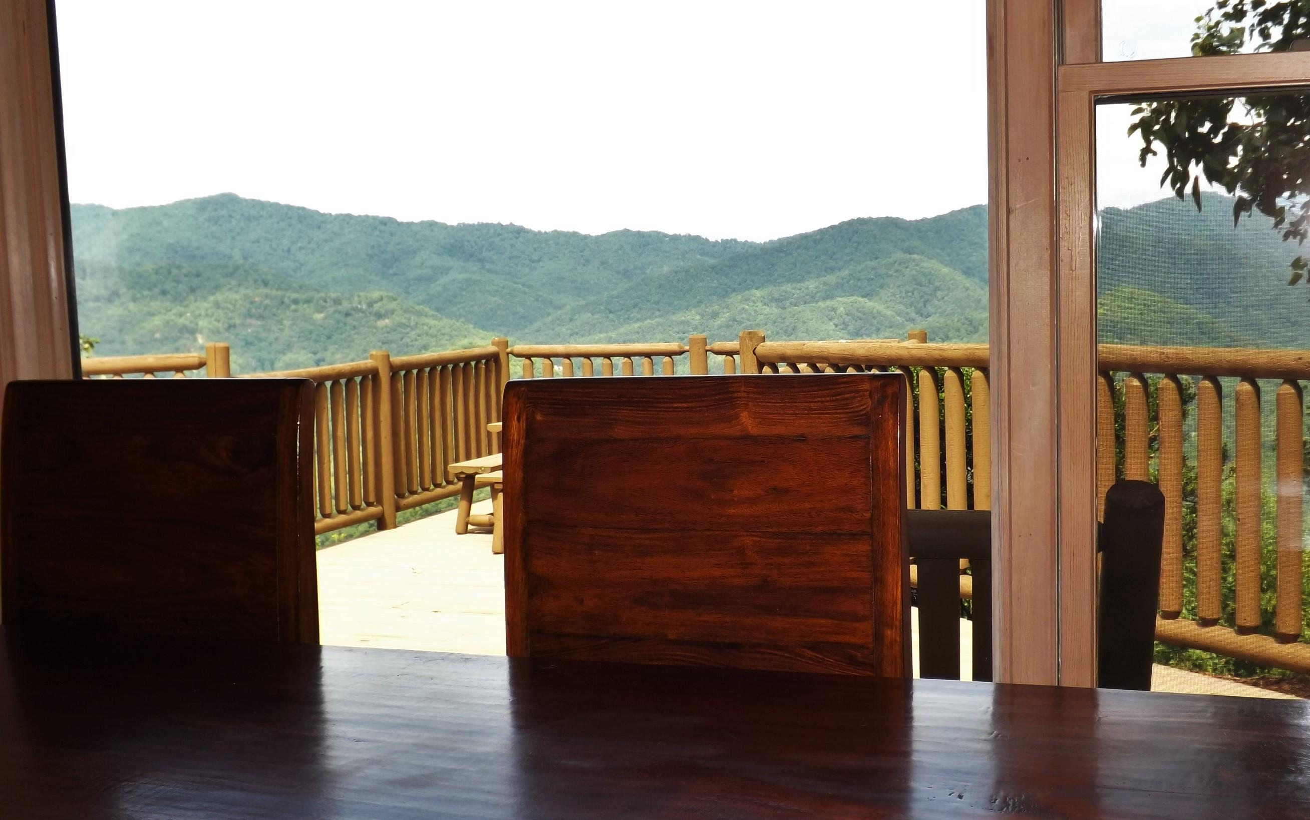 Dining Table with 5 Star Views!