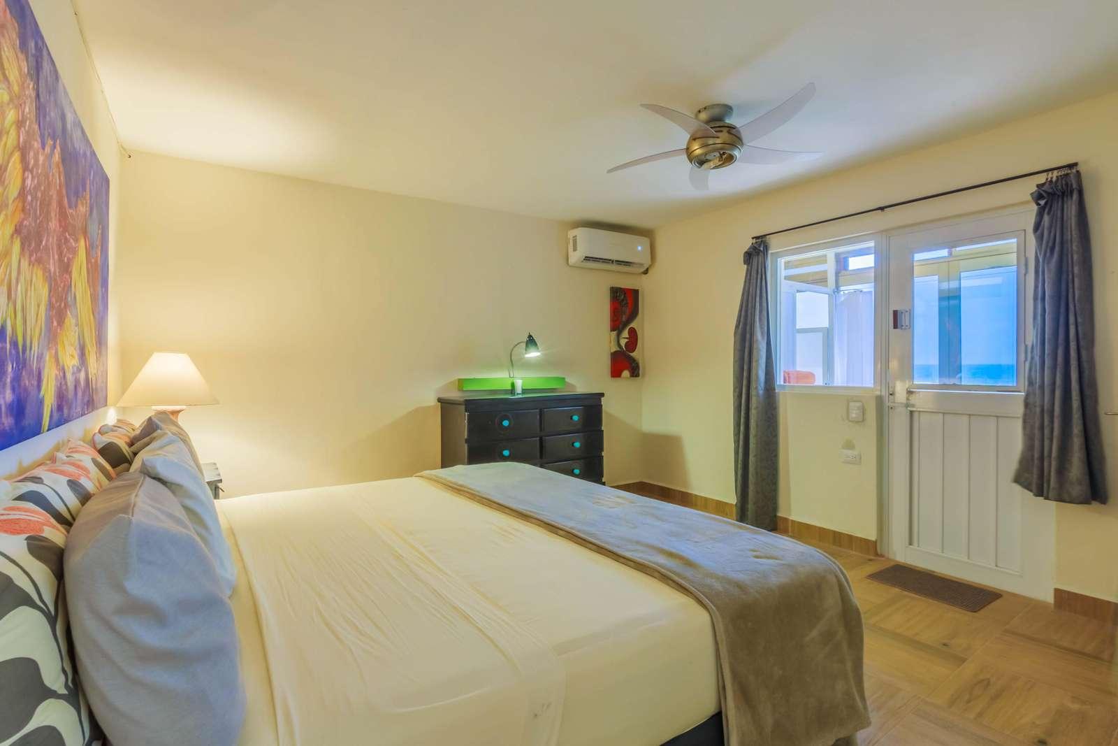 Bedroom w/ double bed
