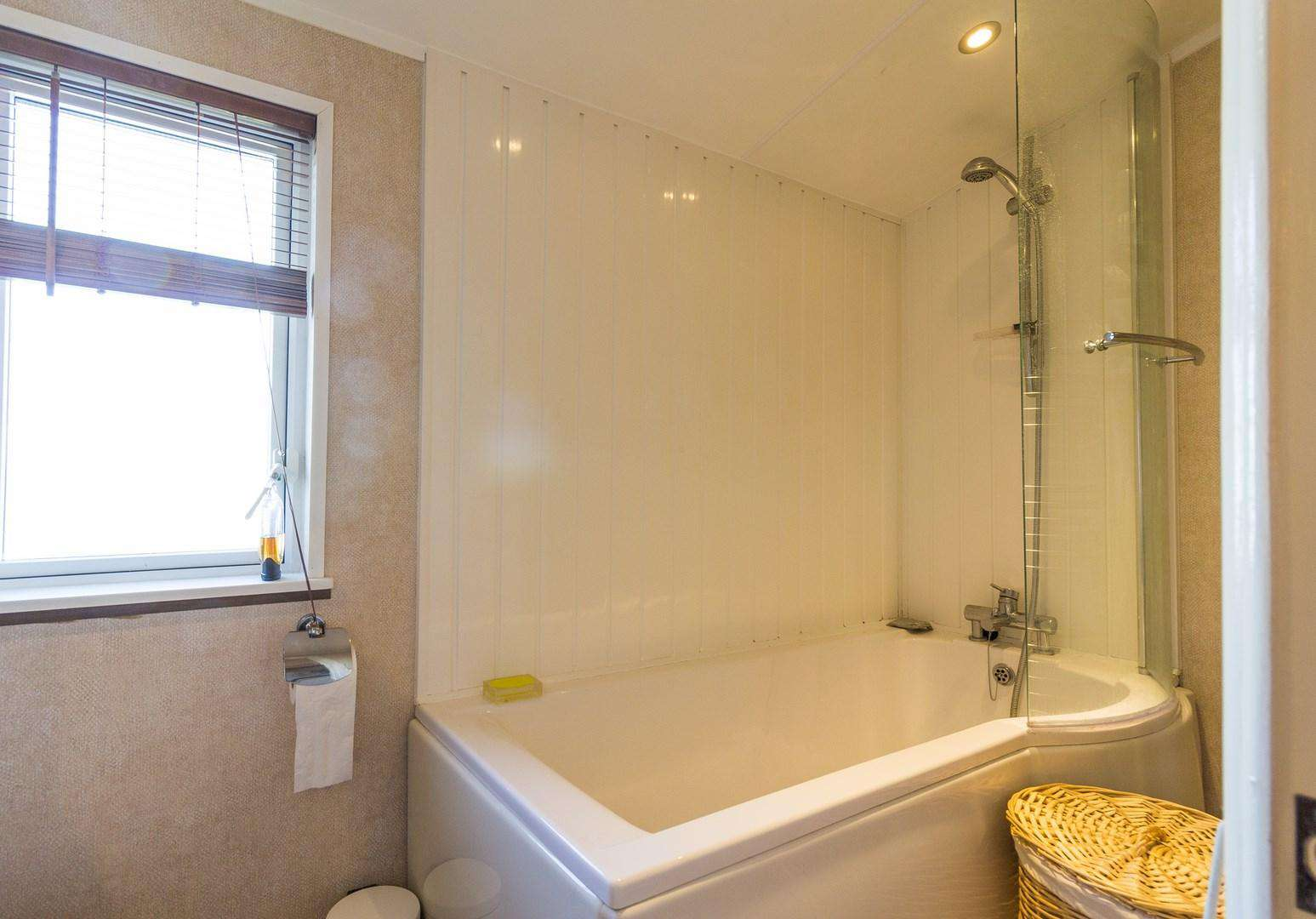 Great size family bathroom with a full size bath!