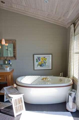 Upper Level Bath Soaker Tub