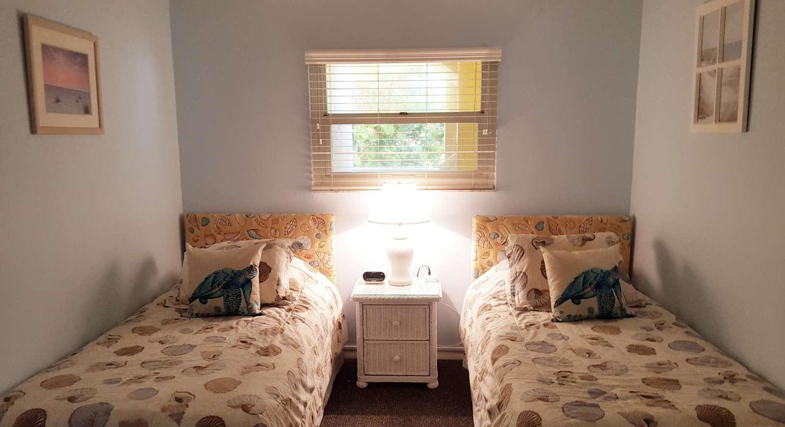 Guest bedroom (twin beds & TV))