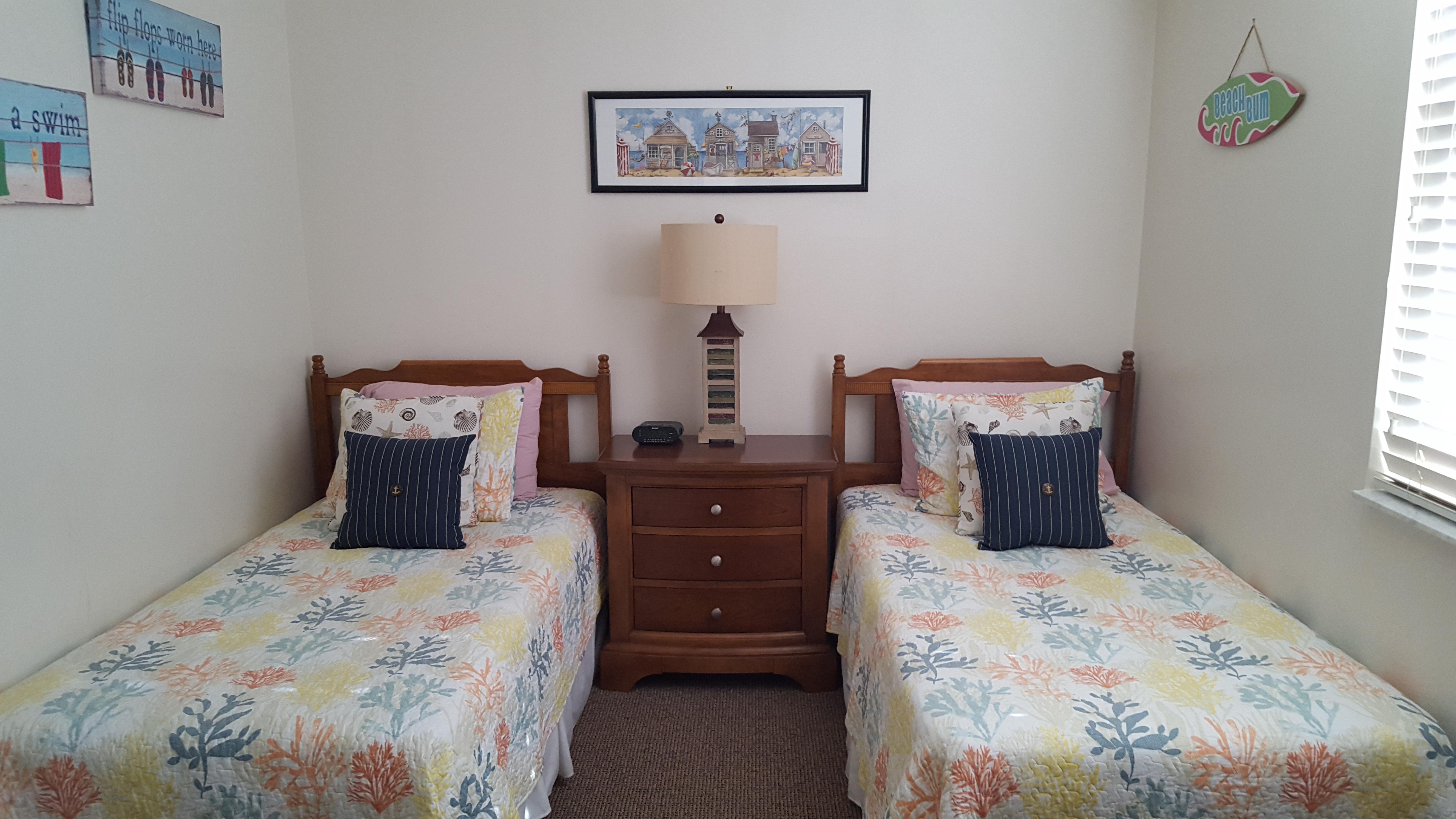 Guest bedroom (twin beds)