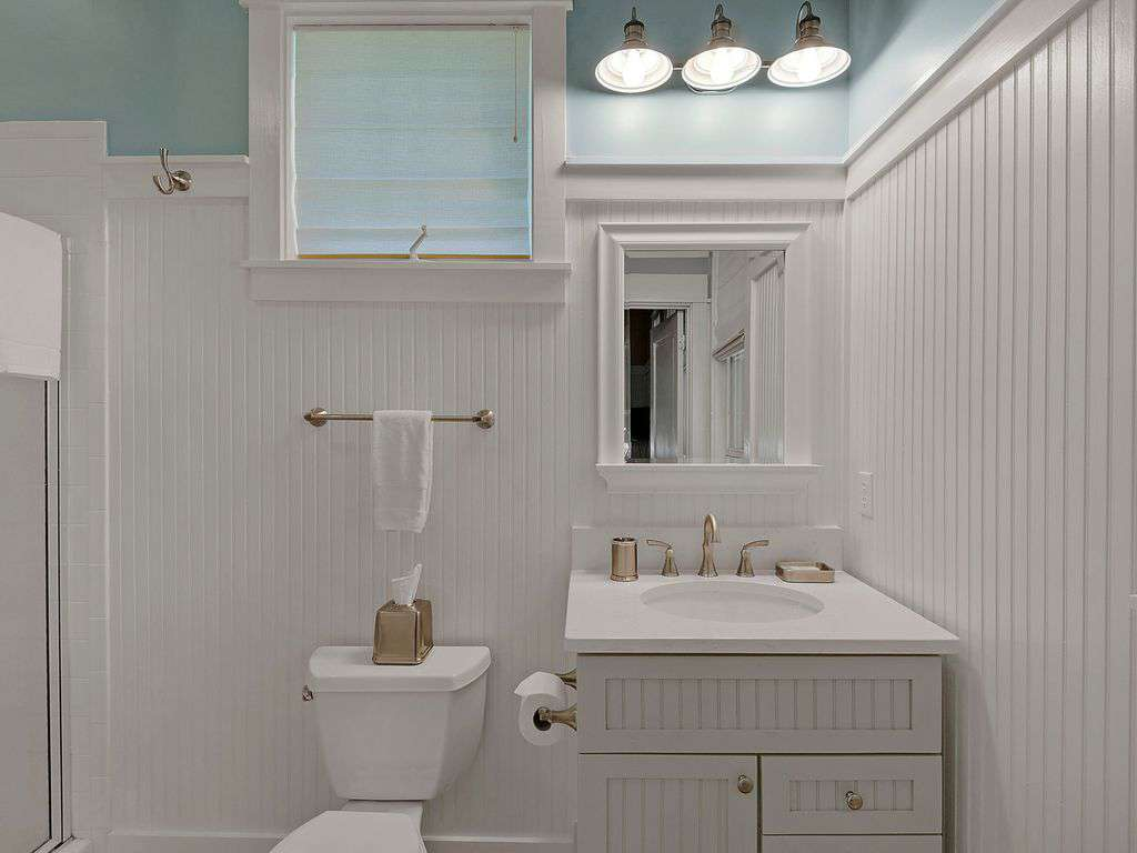Adjoining Bathroom to Twin Bedroom