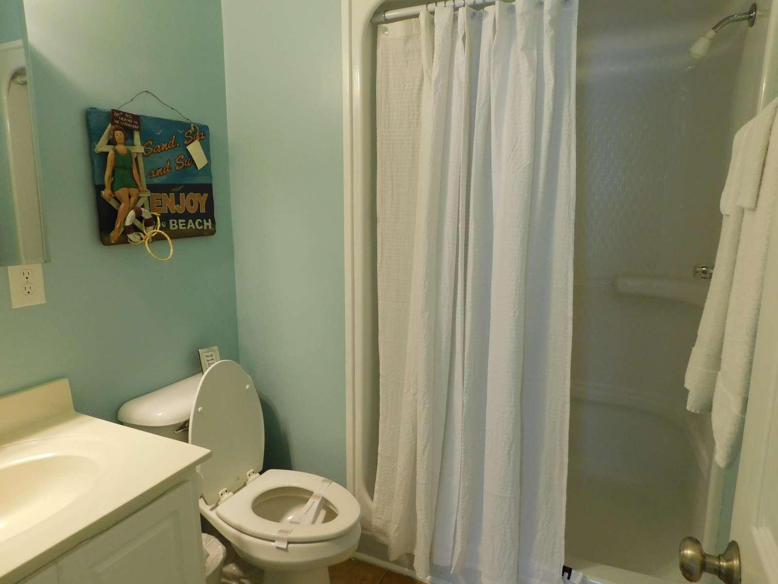 Bath between Double Bunk and Queen room