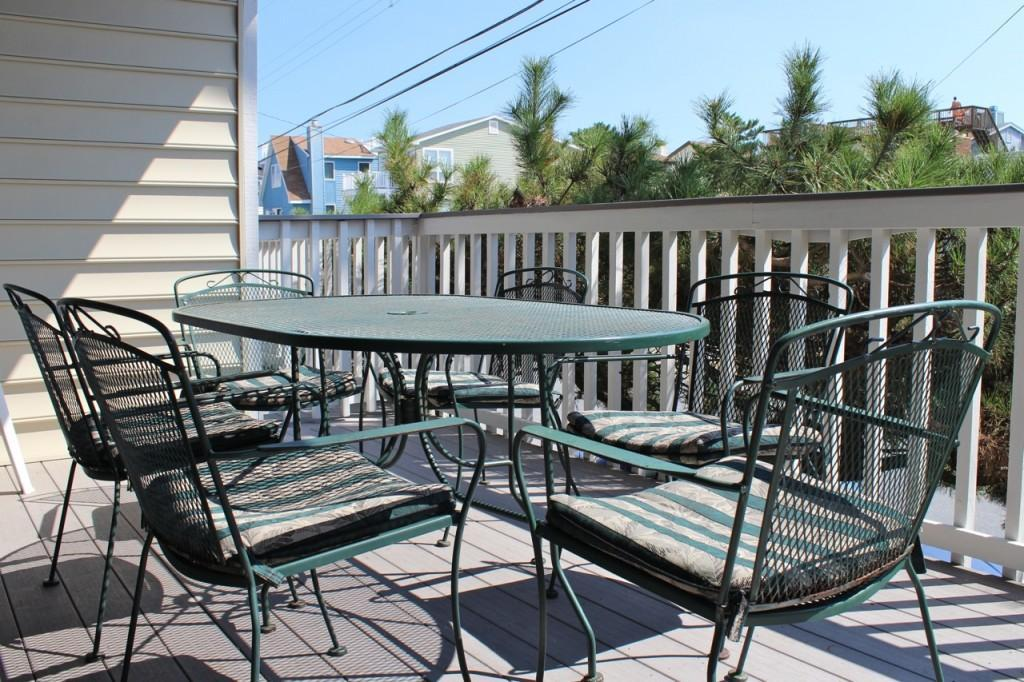 Outdoor dining on the main balcony