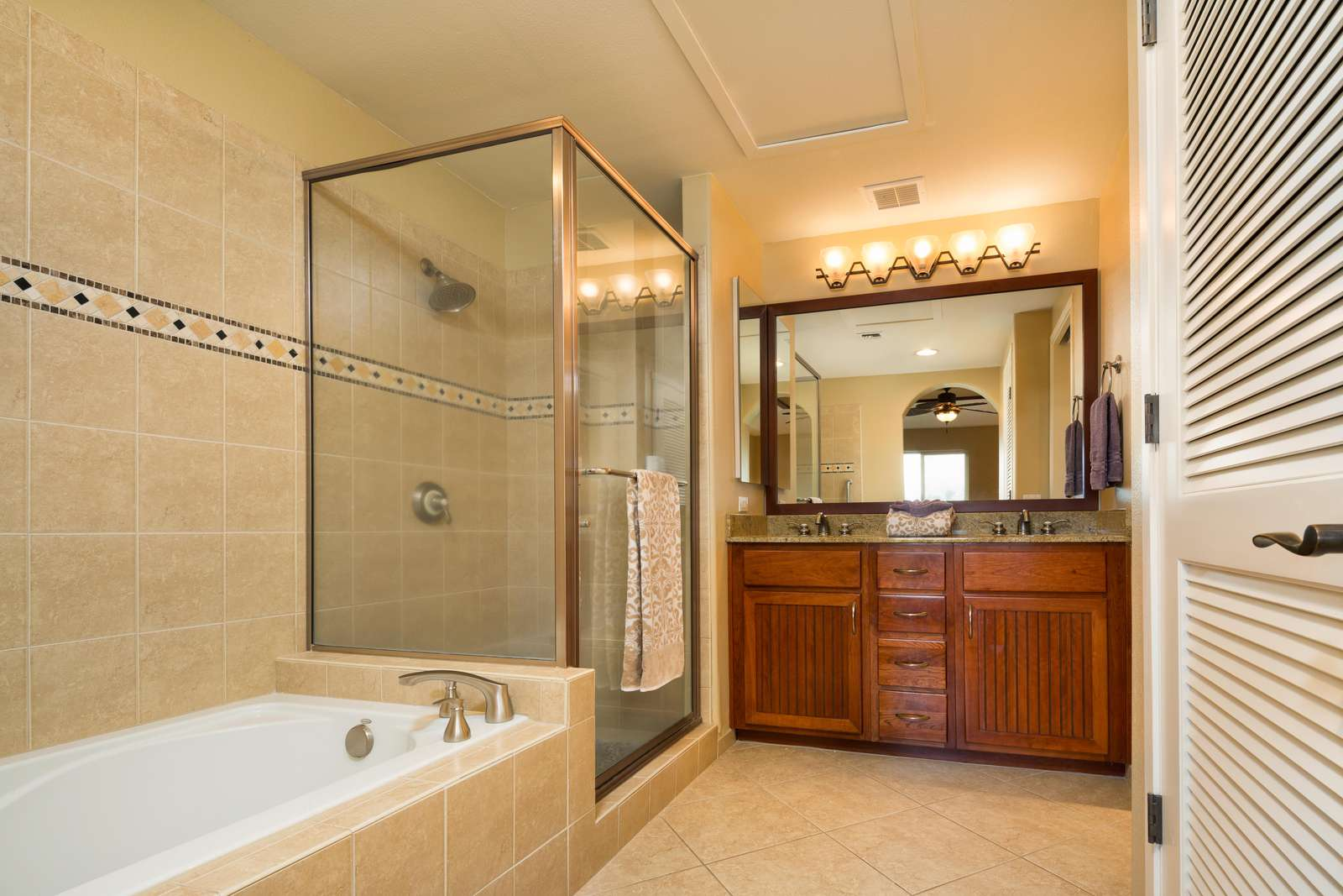 Master en suite, separate soaking tub and shower