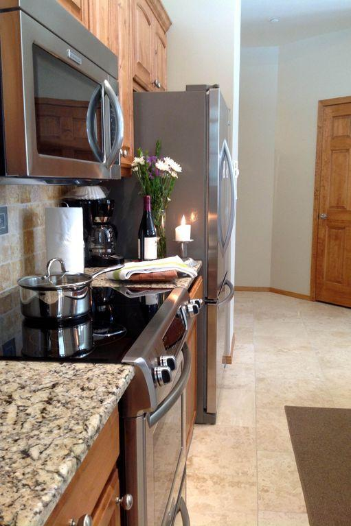 Brand new stainless steel appliances, ice maker, H20 filtered water, dish washer