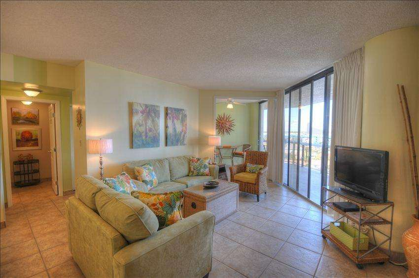 The beautifully decorated living room will make you feel relaxed as you enjoy the view from the comfortable sofa!