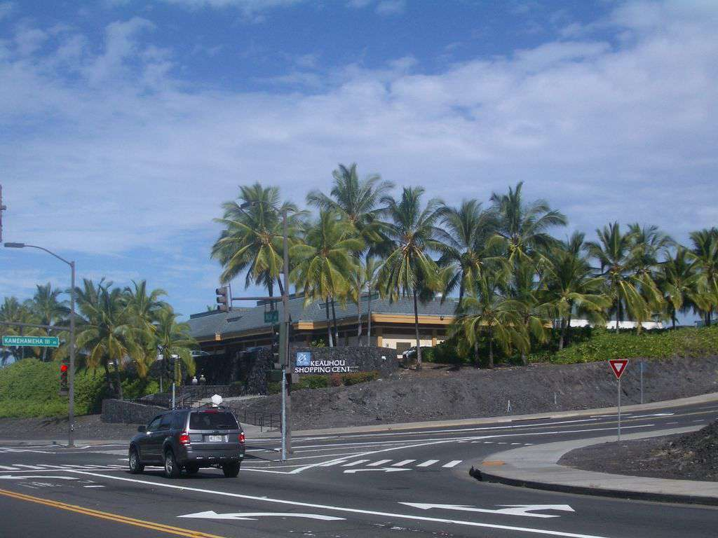 The Keauhou Shopping Village is nearby with movie theatre, restaurants, grocery