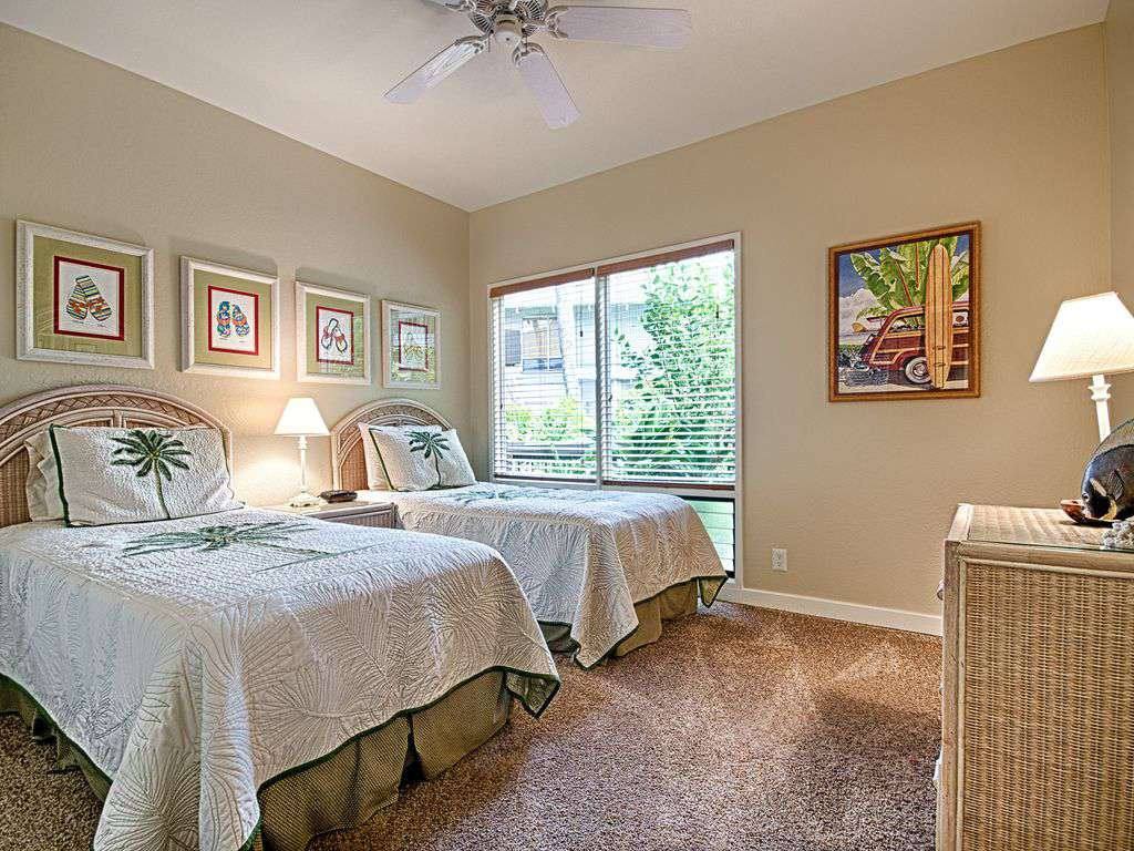 Guest room with 2 twin beds.