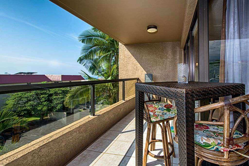 Another view of the lanai with a bit of ocean in sight!