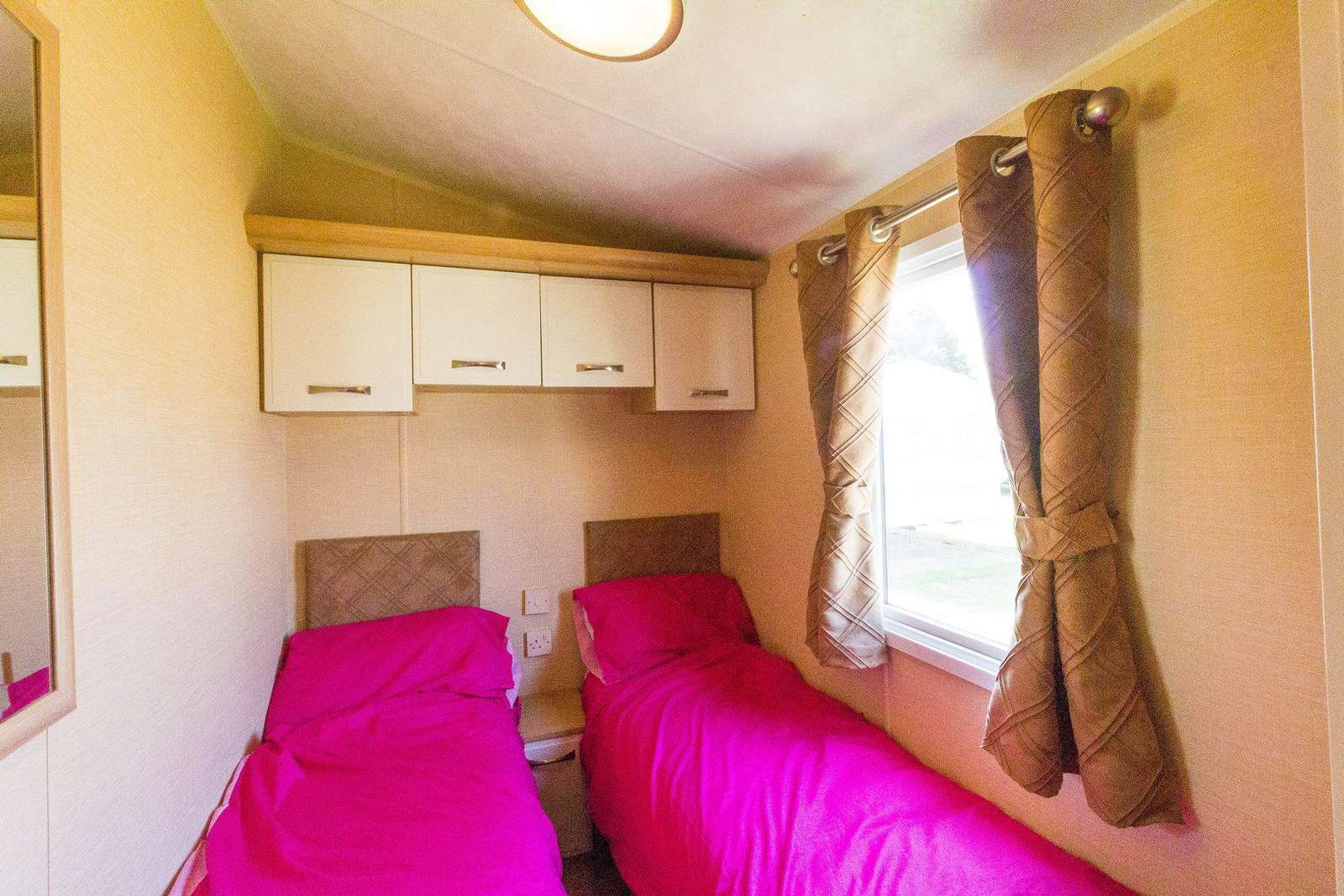 Cosy twin bedroom with storage!