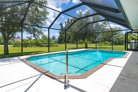 Tropical getaway with 2 master suites and a huge pool. Villa Coral Escape