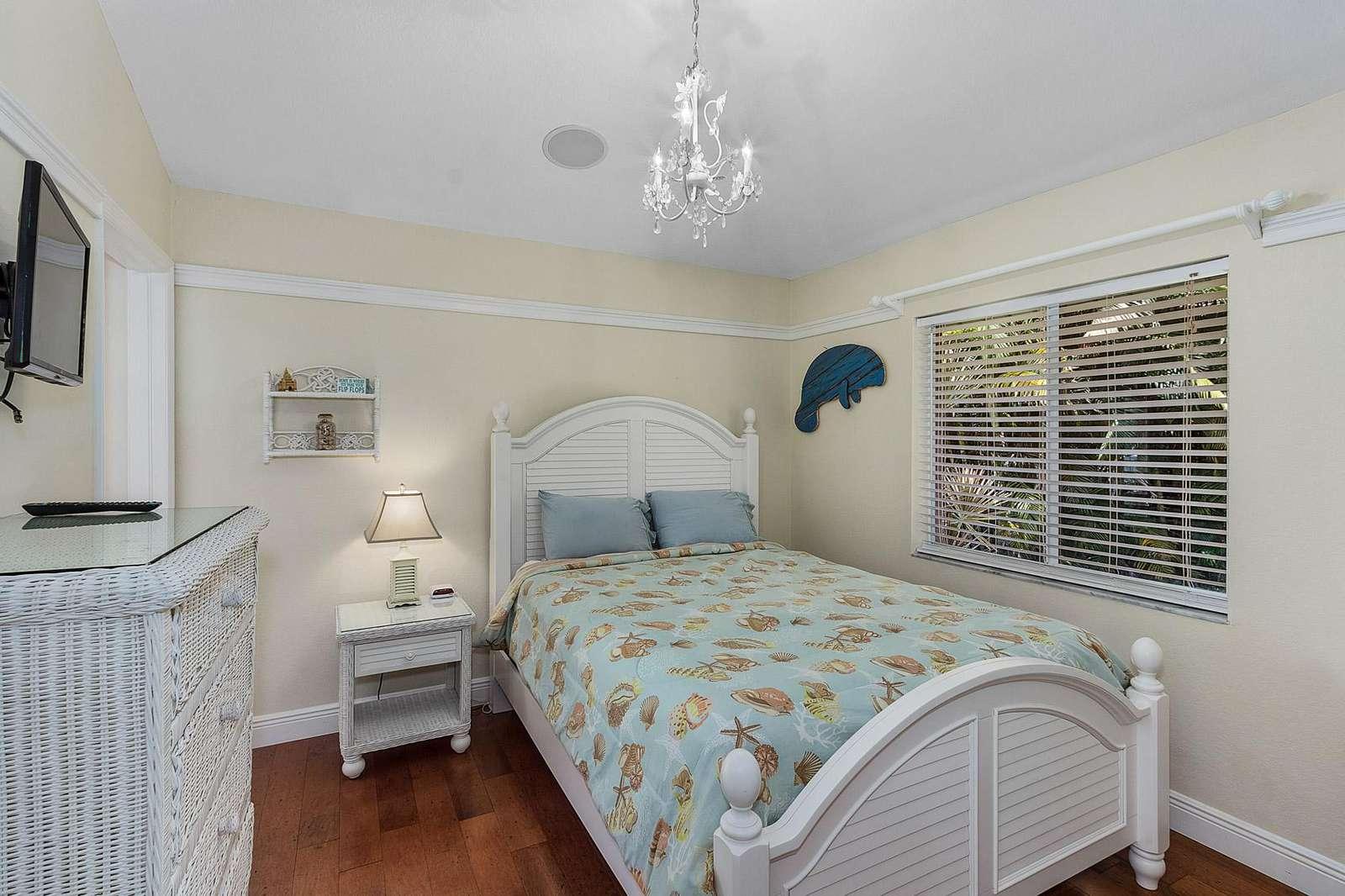 Bedroom 2 with quen bed