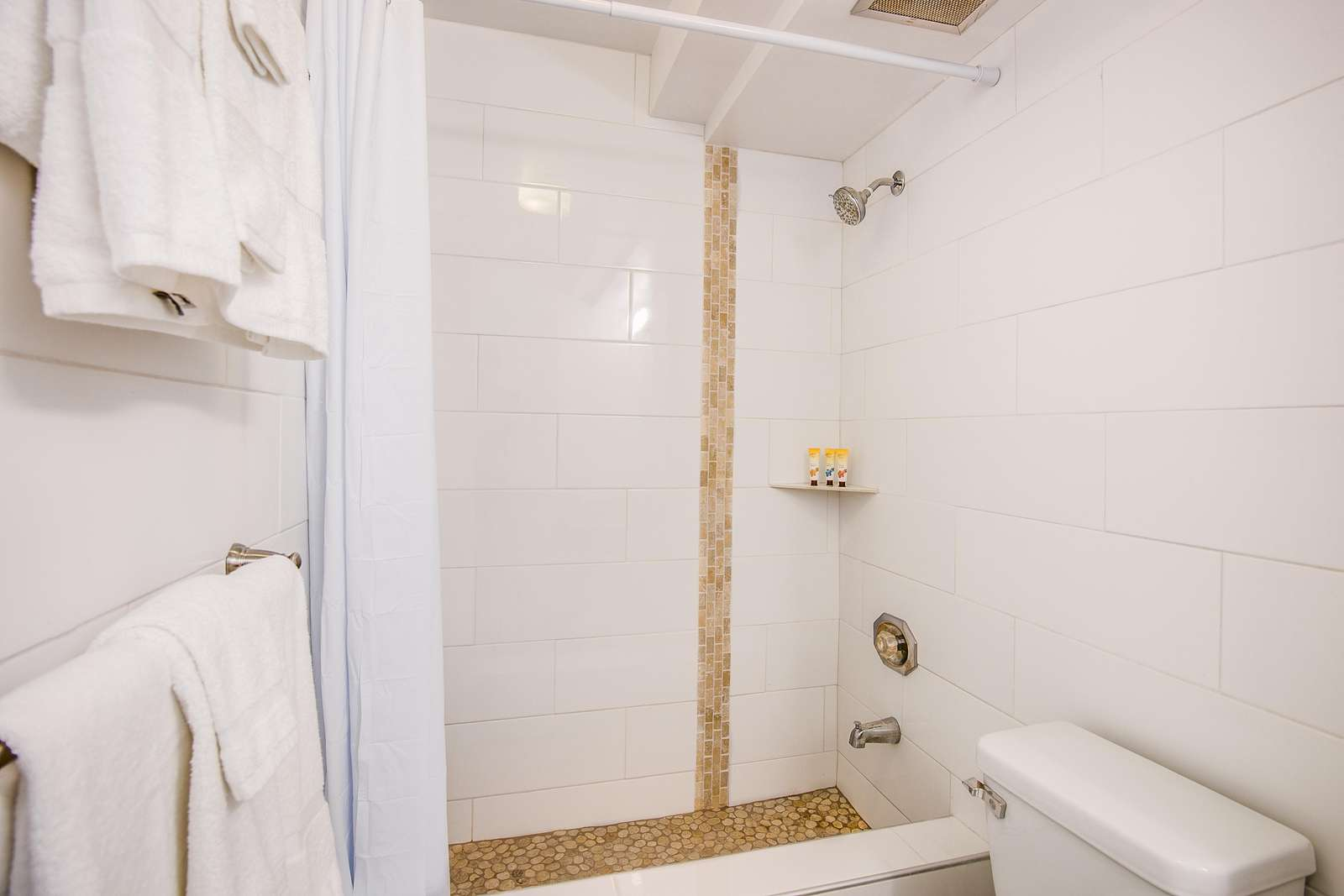 Shower / Tub combo - Perfect for after the beach, but please leave the sand at the beach :)