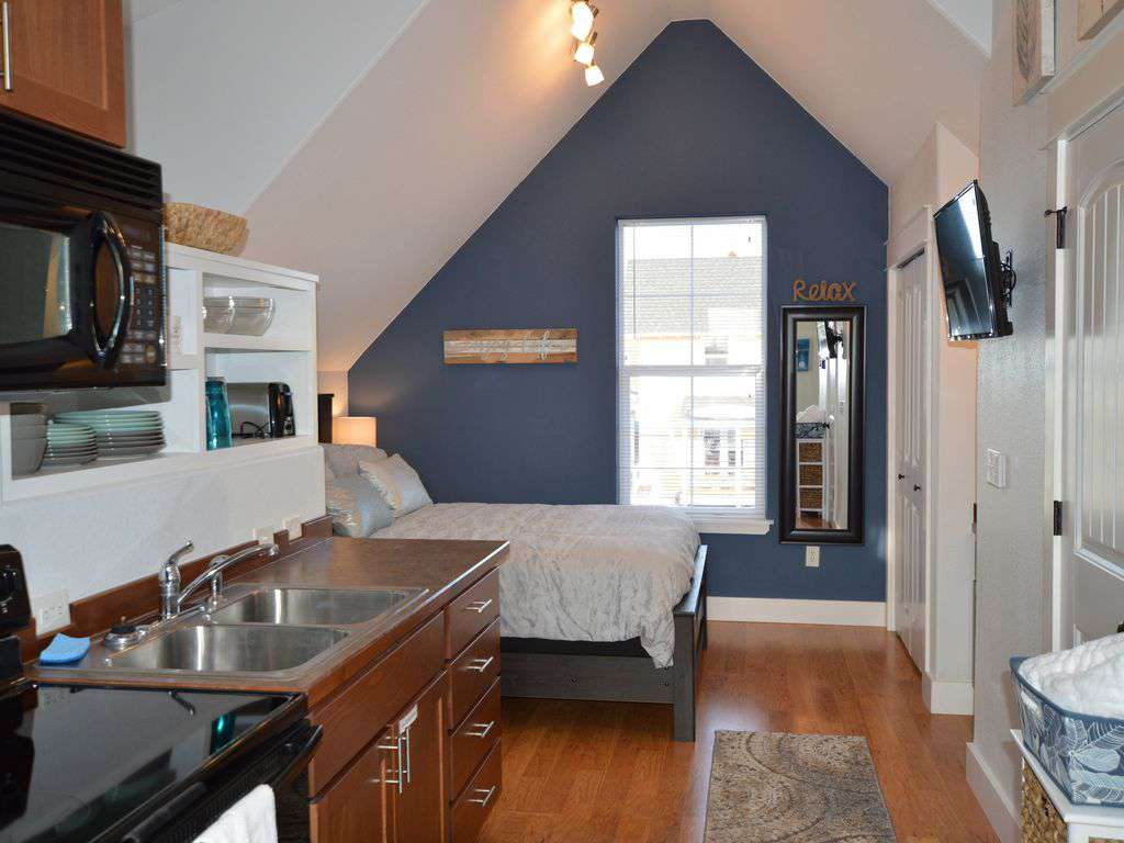 Upstairs studio with plush queen bed and vaulted ceilings!