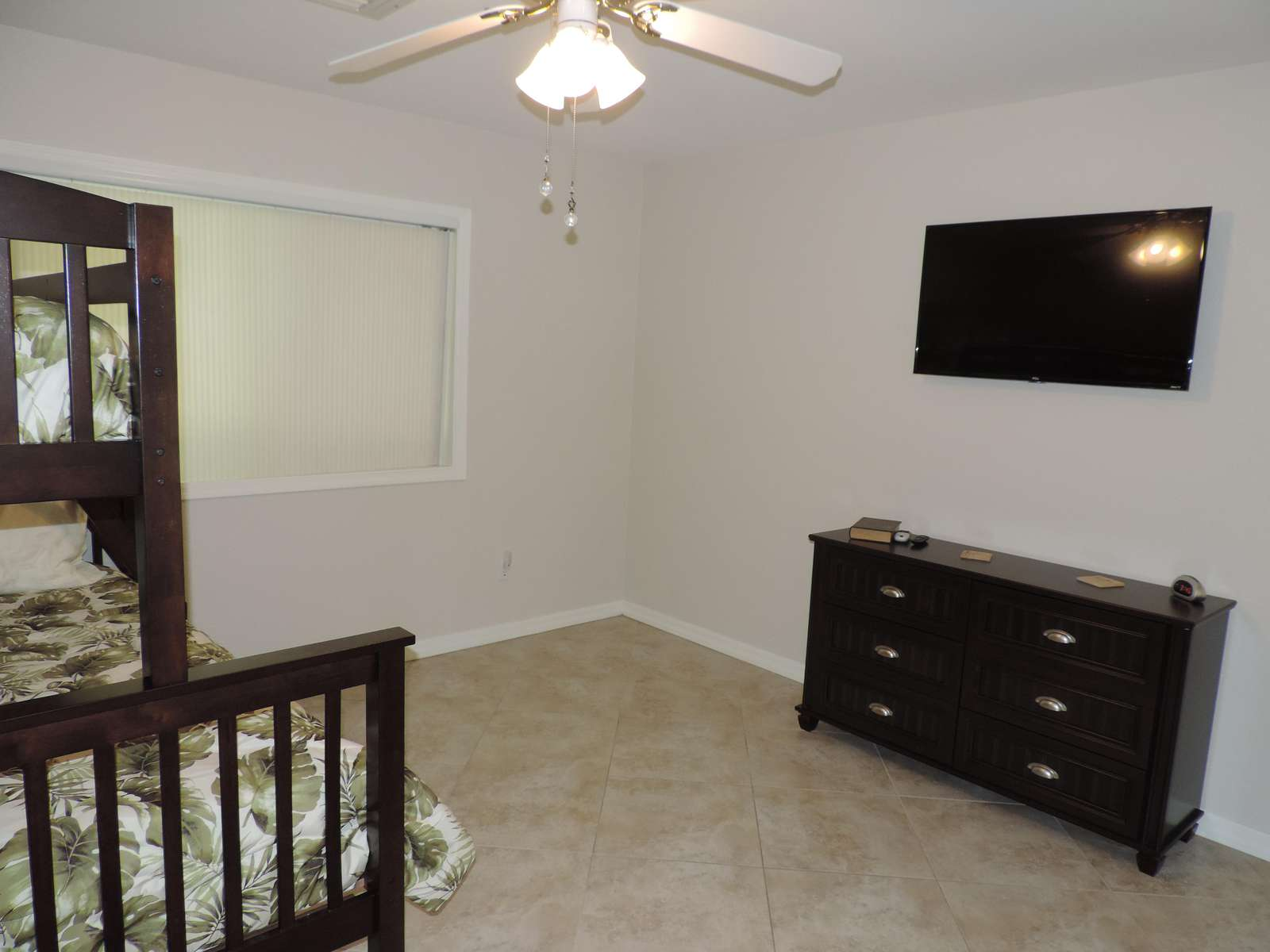 Guest room 2 with extra floor space & TV