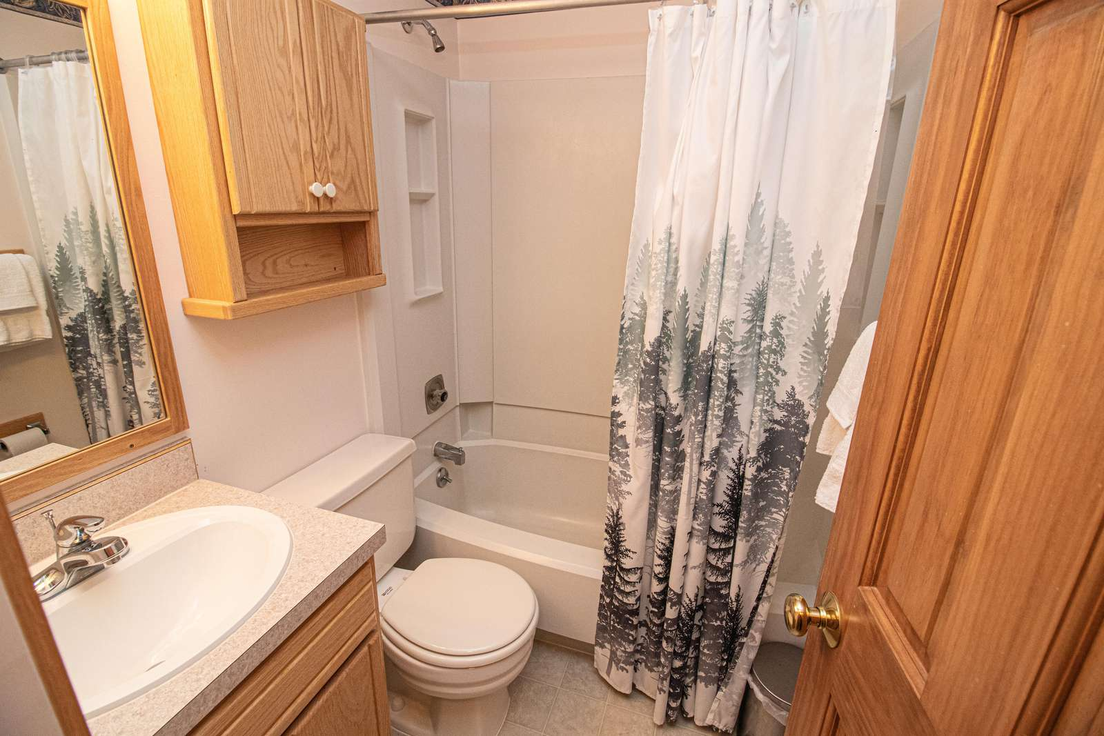 Clean bathroom with tub/shower!!