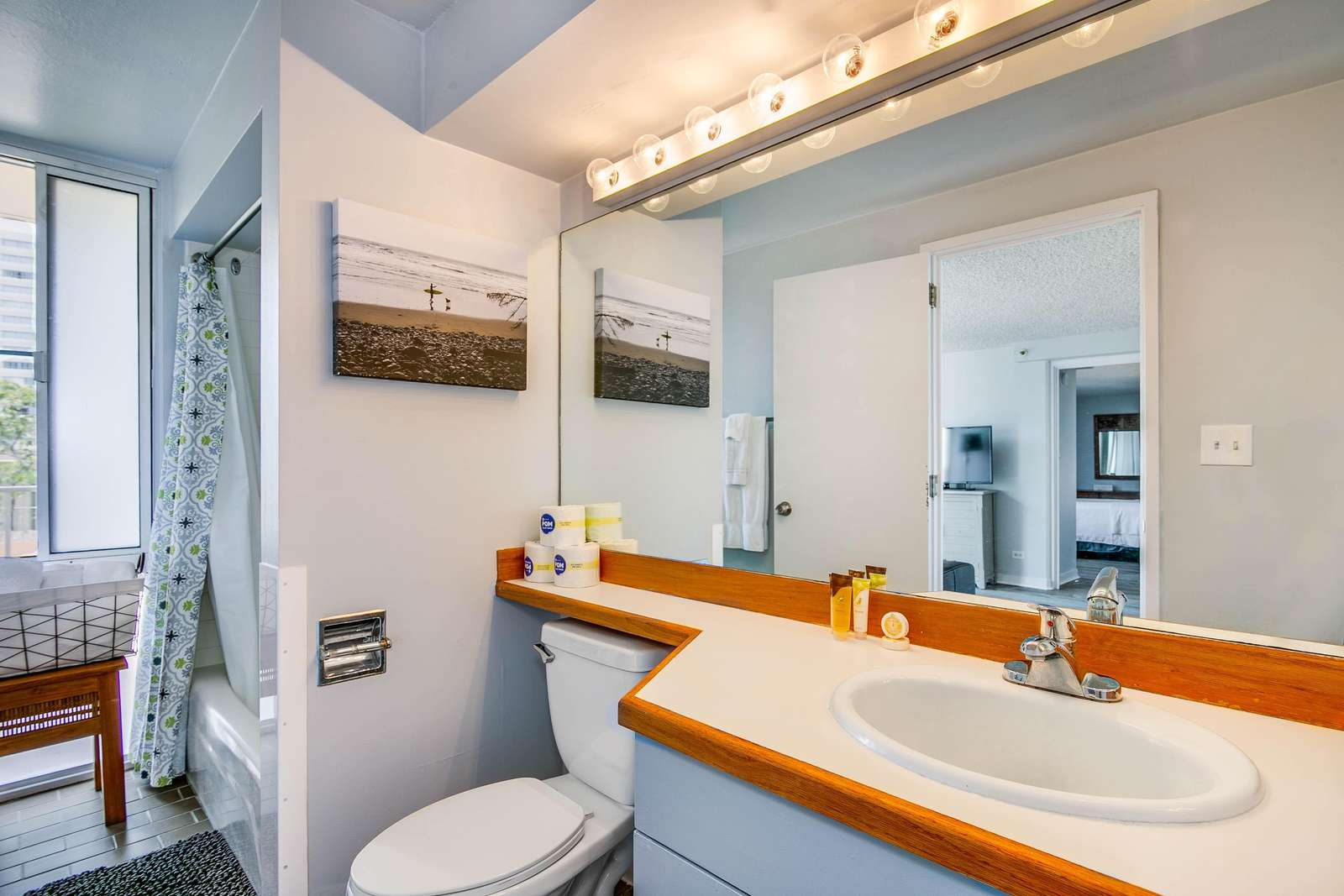 Fresh, Bright & Clean Bathroom w/ tub shower combo.