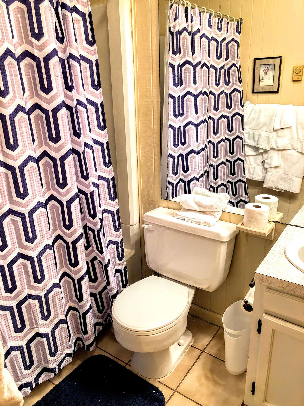 Private Master Bath (en suite) with tub and shower; linens provided.