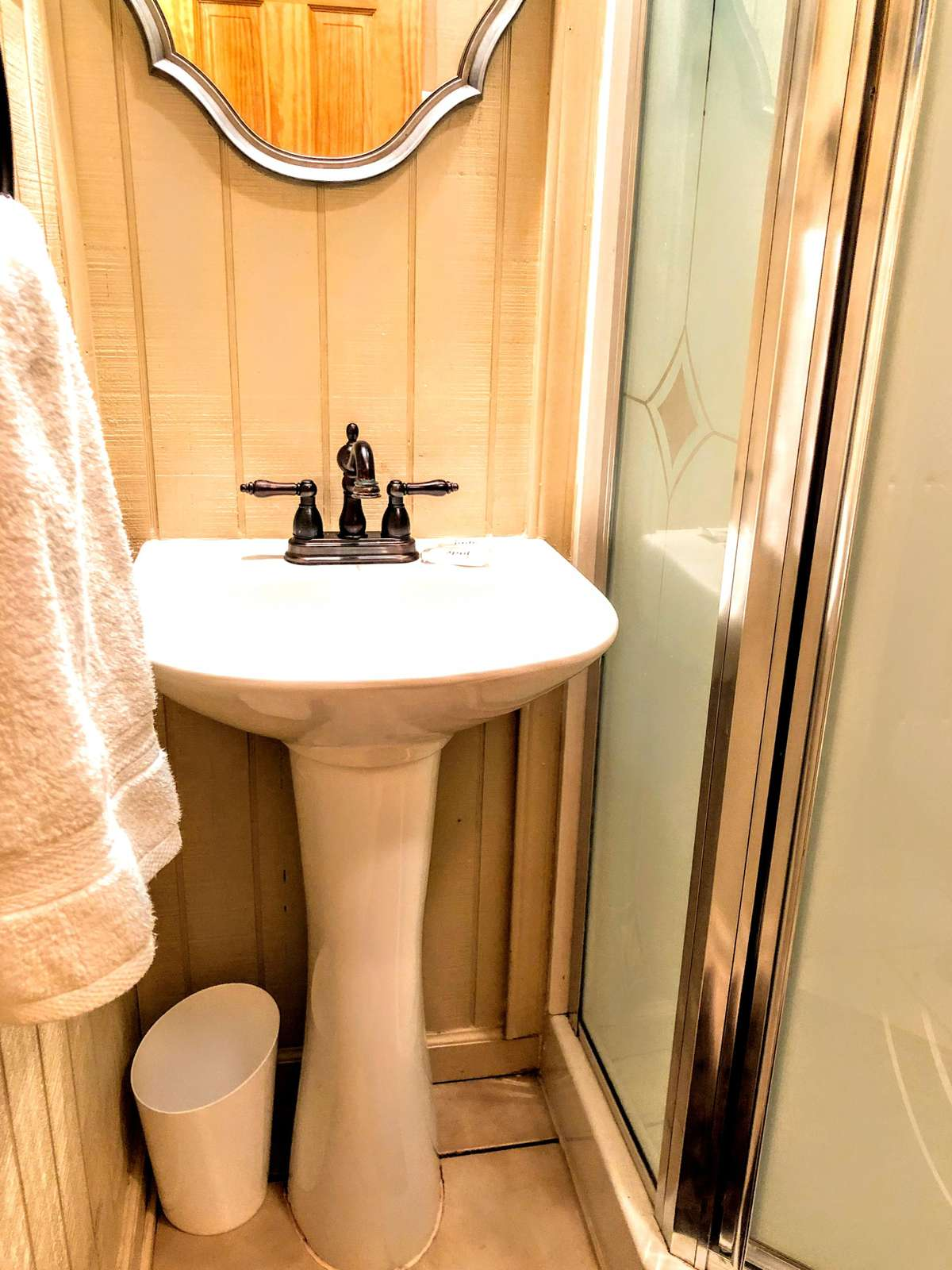 Pedestal sink and small shelves in 2nd bathroom