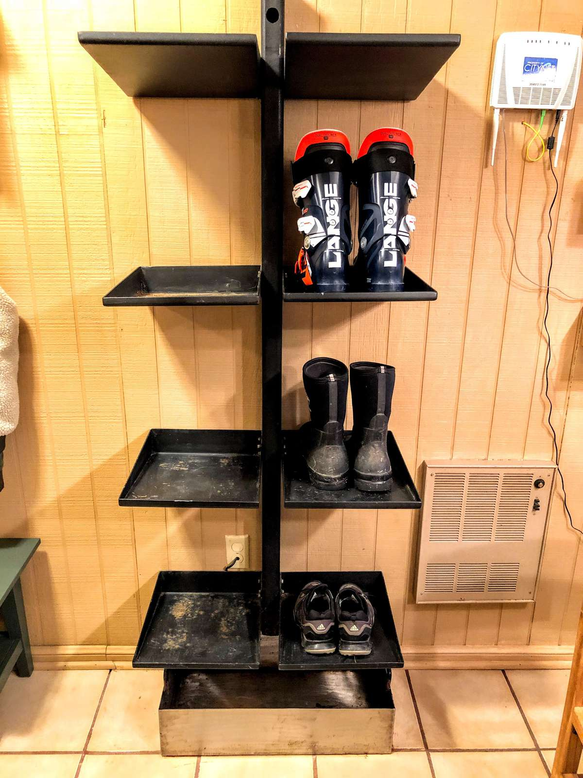 Please keep all shoes and boots on our boot rack. Melting water and mud will drain down into the pan below (easy for our housekeeper to clean up).
