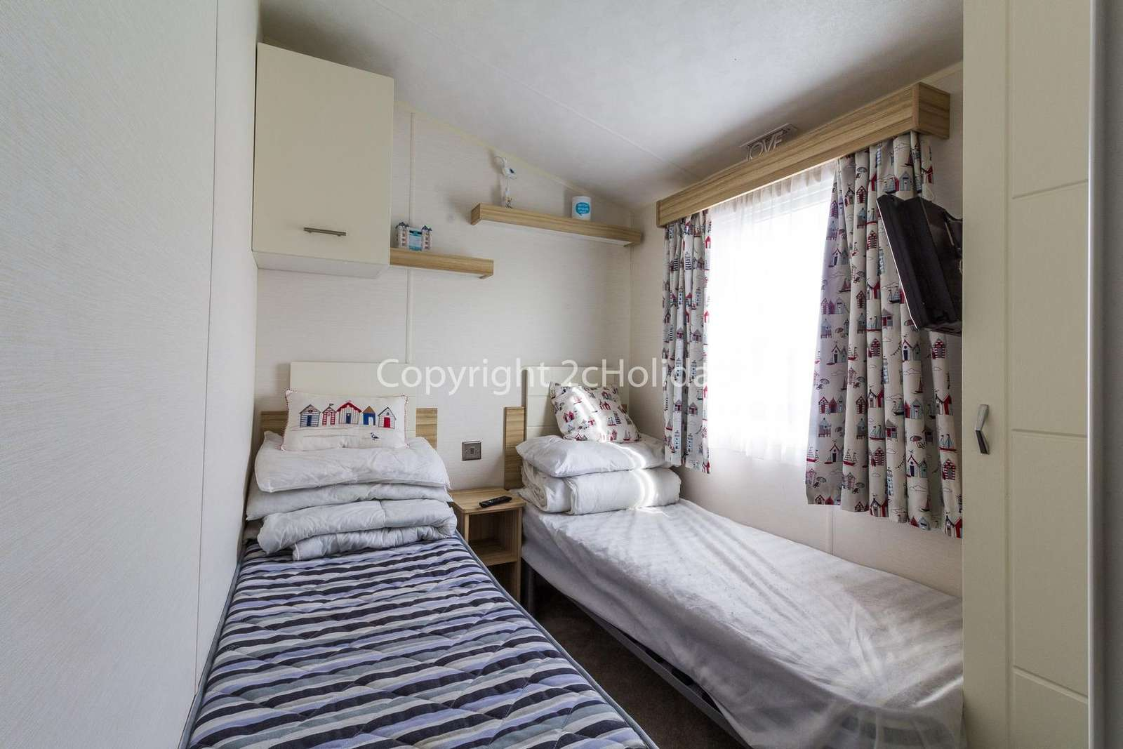 A cosy twin bedroom plenty with of storage!