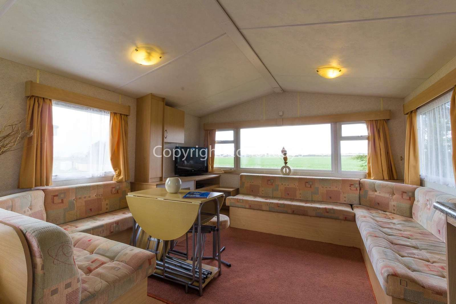 Open plan living/dining area, ideal for families!