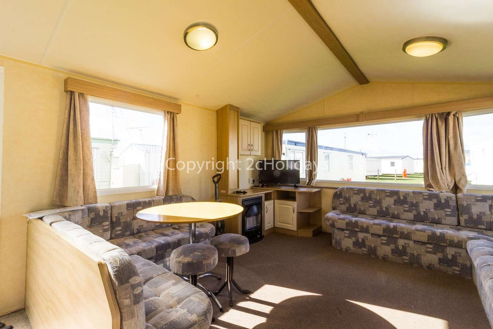 Spacious open plan lounge and diner, ideal for families!