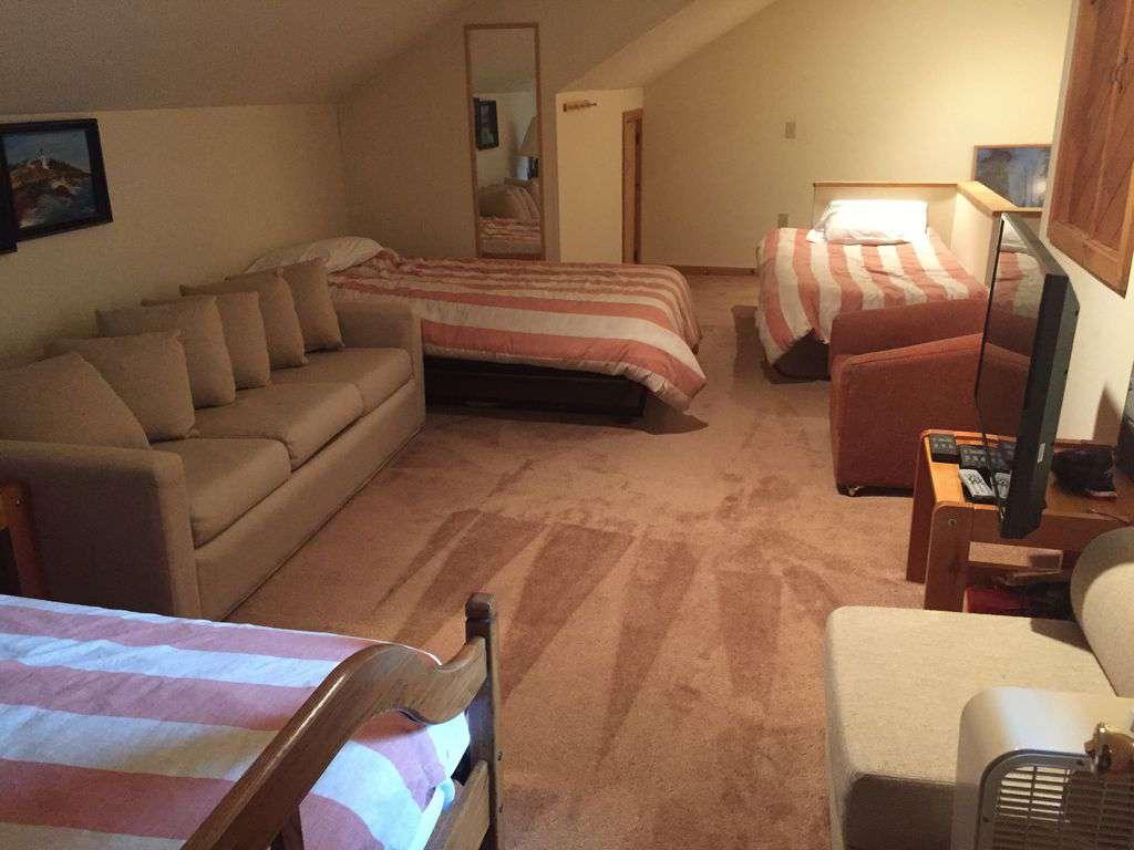 top floor extra sleeping - 3 twins & couch