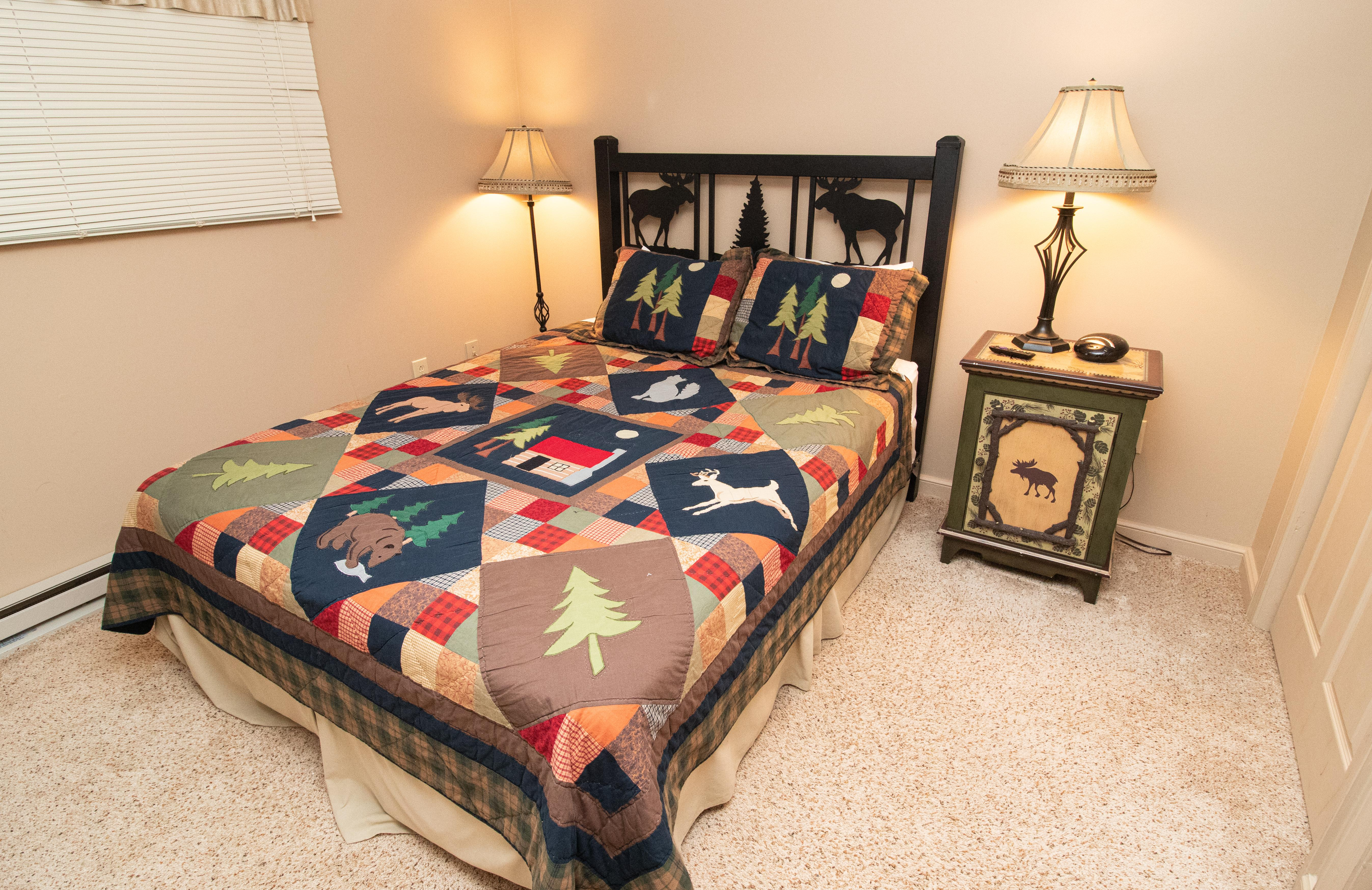 Queen size bed and ceiling fan in ML356 bedroom