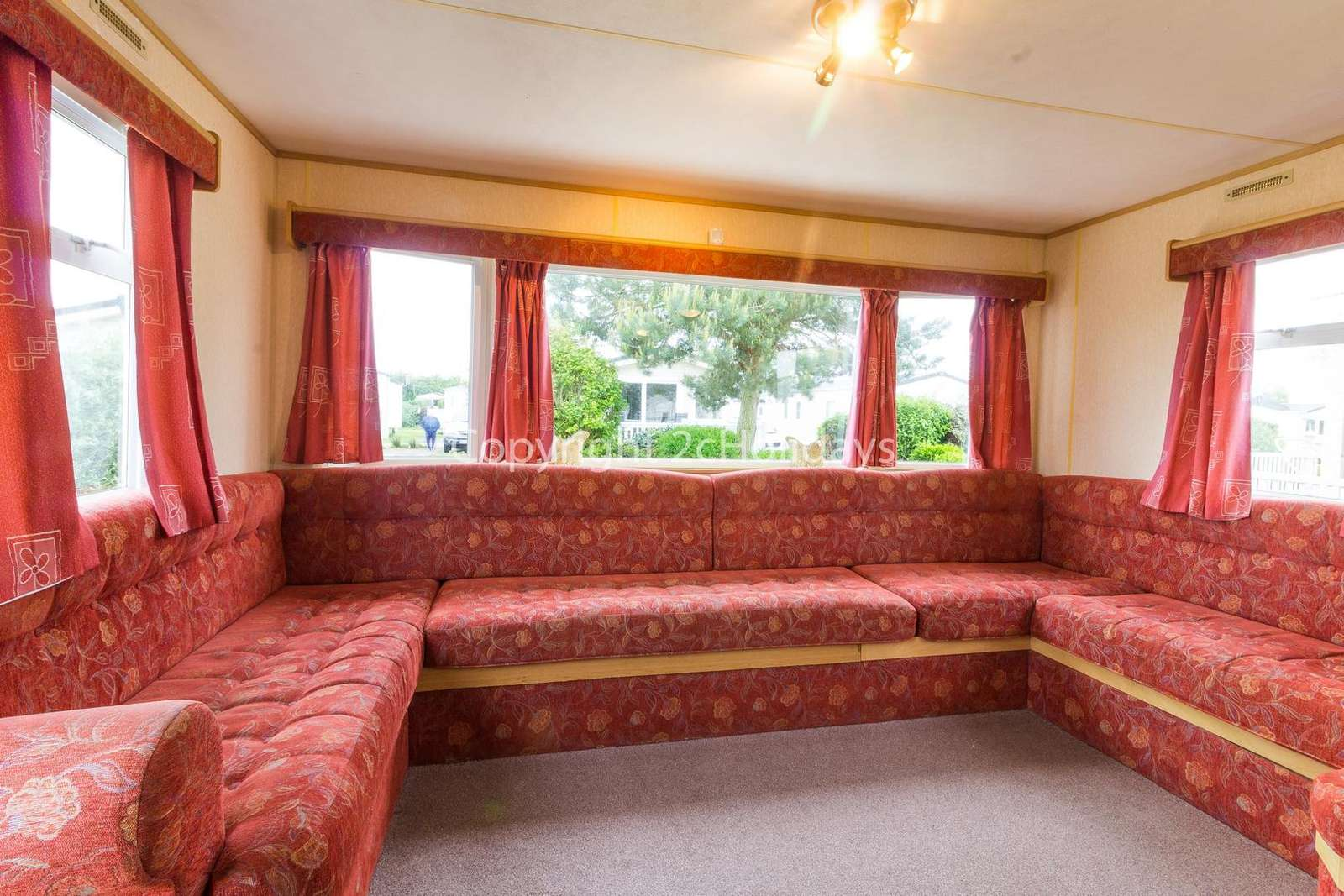 Spacious lounge, ideal or families!