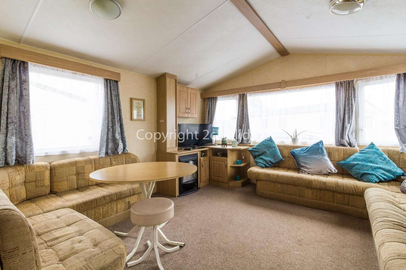 Spacious open plan lounge diner, perfect for families!