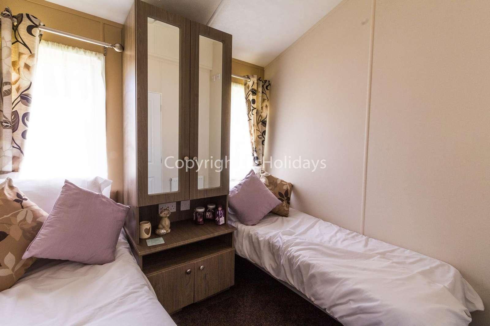 Spacious twin bedroom!
