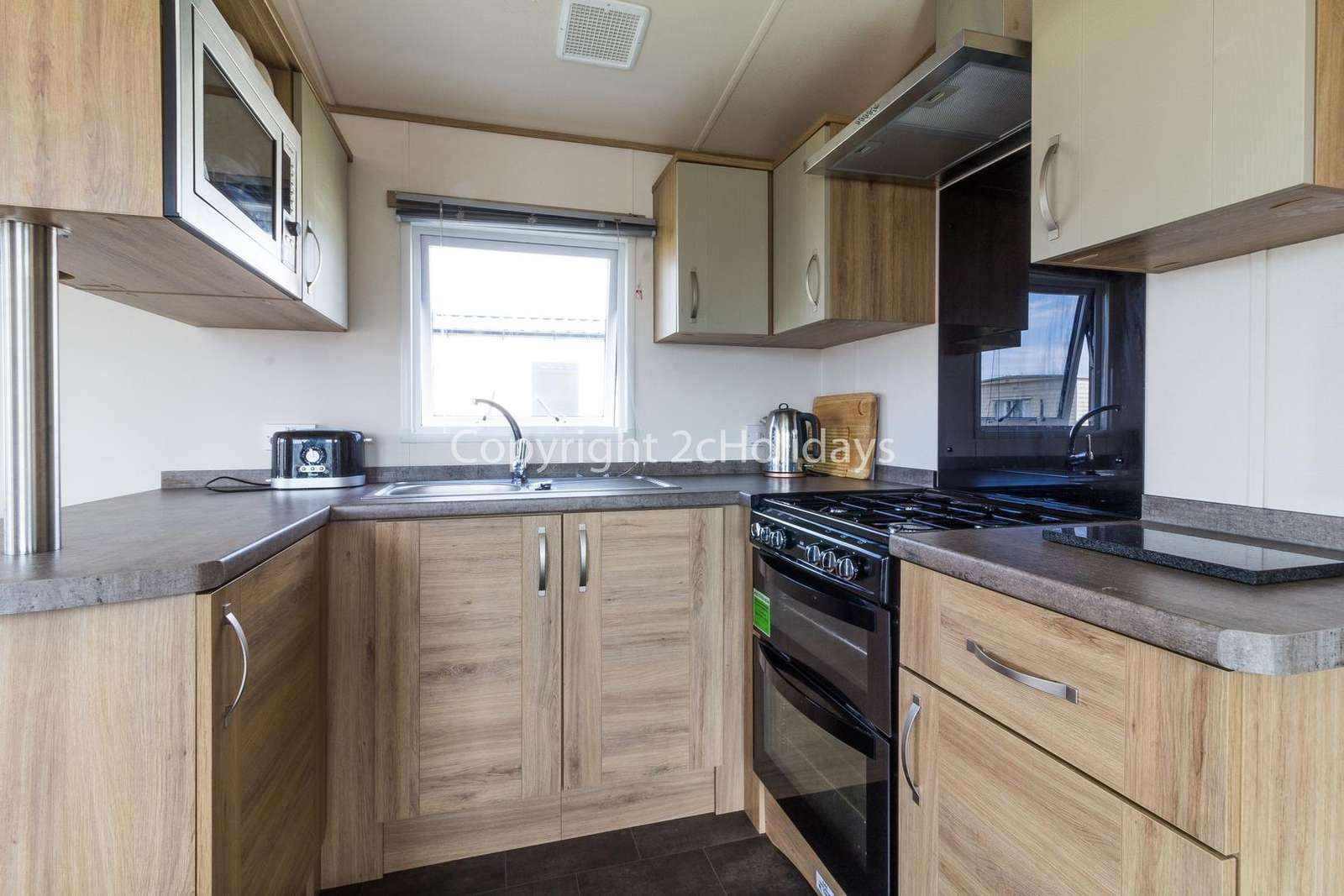 This kitchen comes with a full size oven and integrated fridge/freezer!