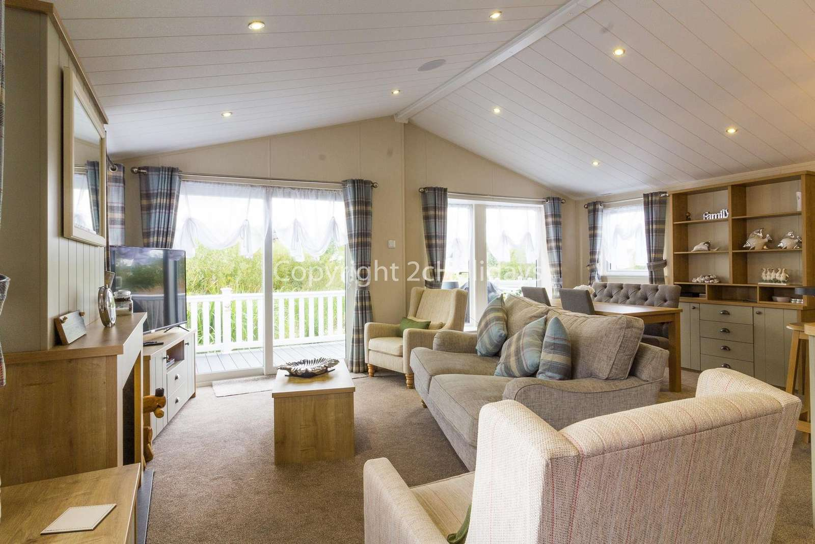 Spacious open plan lounge/diner, ideal for families!
