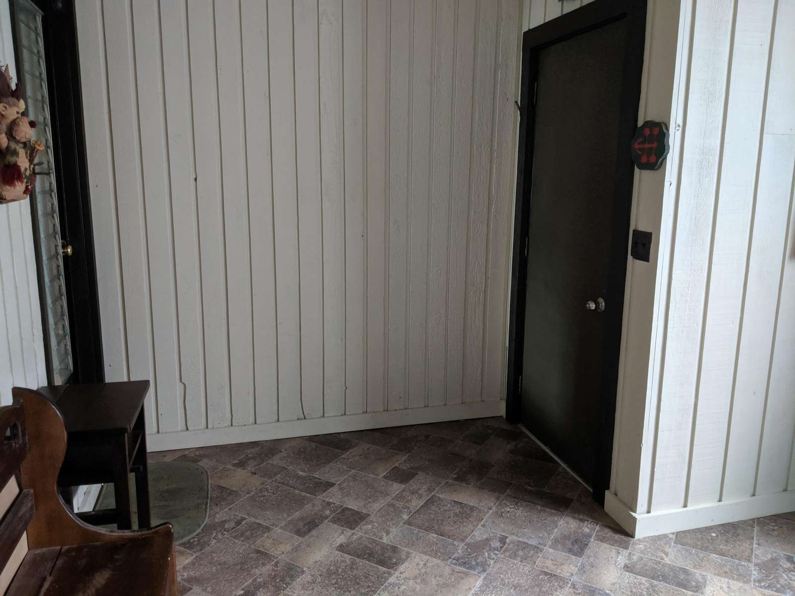 mudroom entrance, looking at outside door