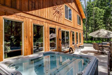 Marianne Lodge: *2 Stoves & 2 Refrigerators!  Theater! Built for Big Groups!