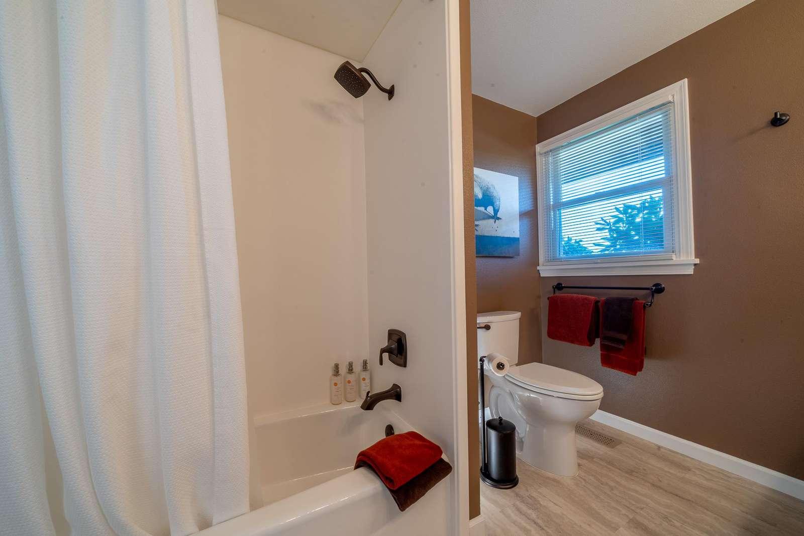 Highland Acres - Hall Bathroom - Spacious with Tub and Shower