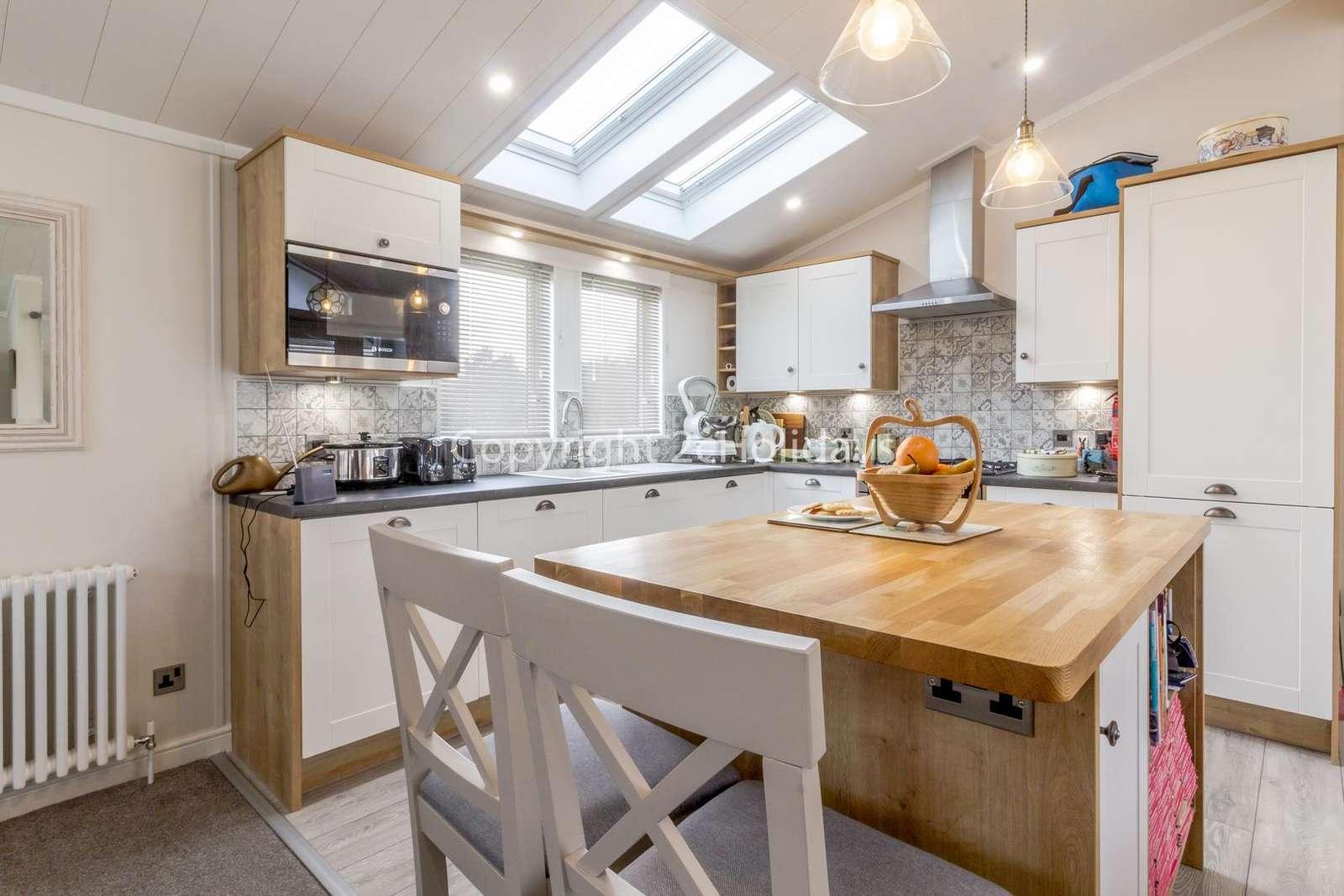 Beautiful kitchen with a mini breakfast bar!